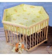 Otroška stajica Babywiege lesena šestkotna z igralno podlogo in obrobo